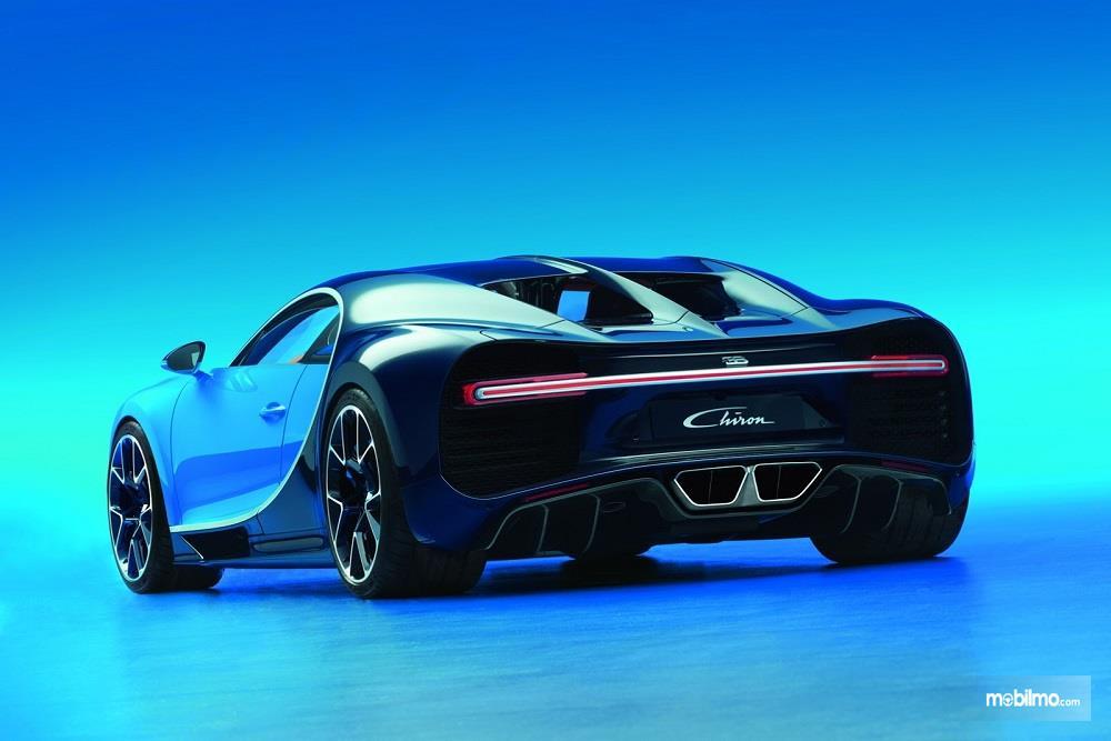 Foto menunjukkan Bugatti Chiron tampak dari belakang