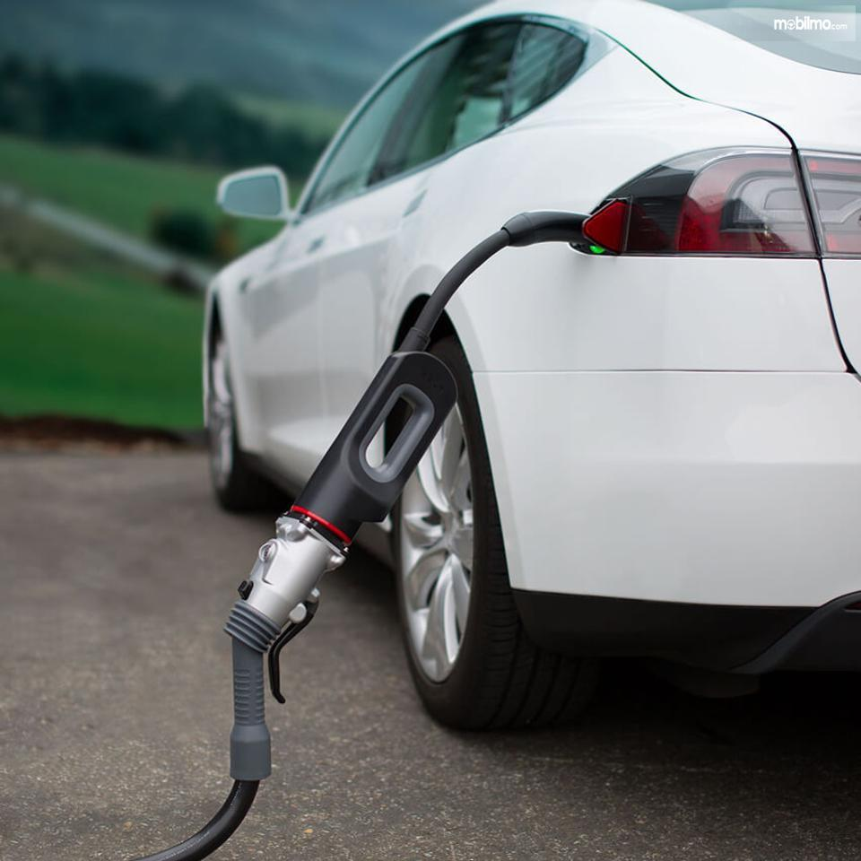 Foto mobil listrik sedang dicas