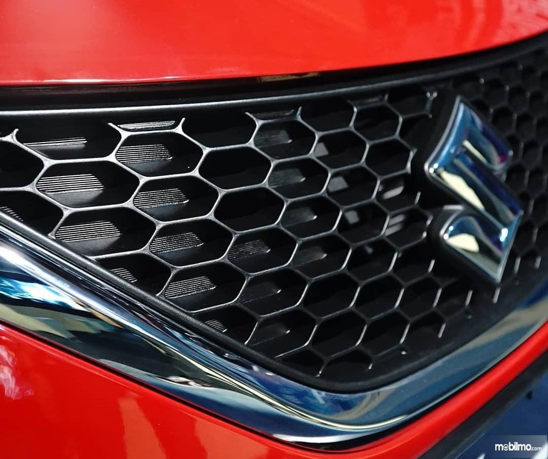 Foto logo Suzuki pada model Baleno