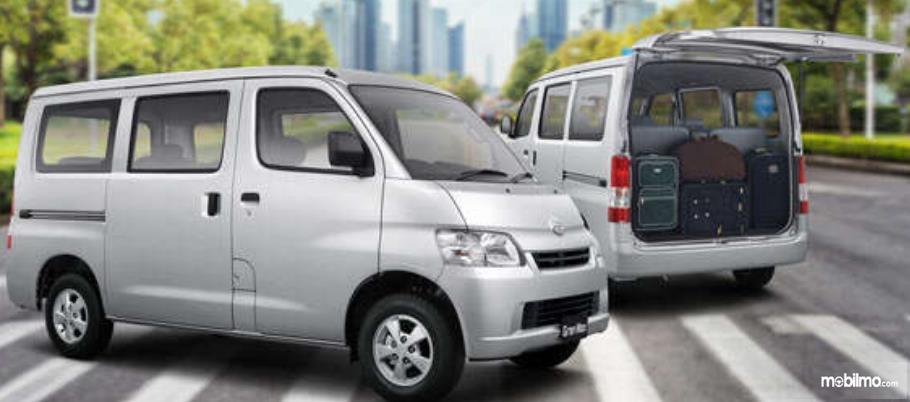Gambar ini menunjukkan mobil Daihatsu Gran Max Minibus/Cargi
