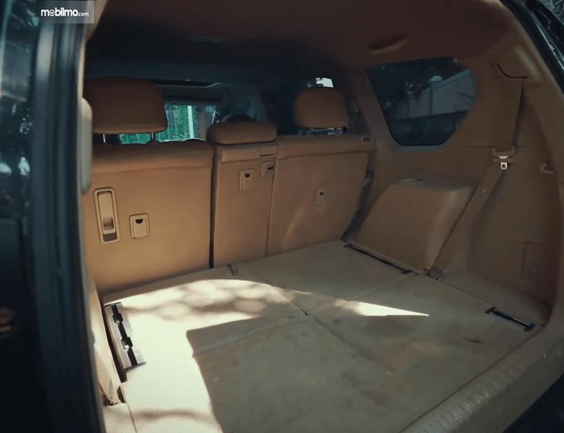 Gambar ini menunjukkan bagasi mobil Toyota Land Cruiser Prado J150 2010