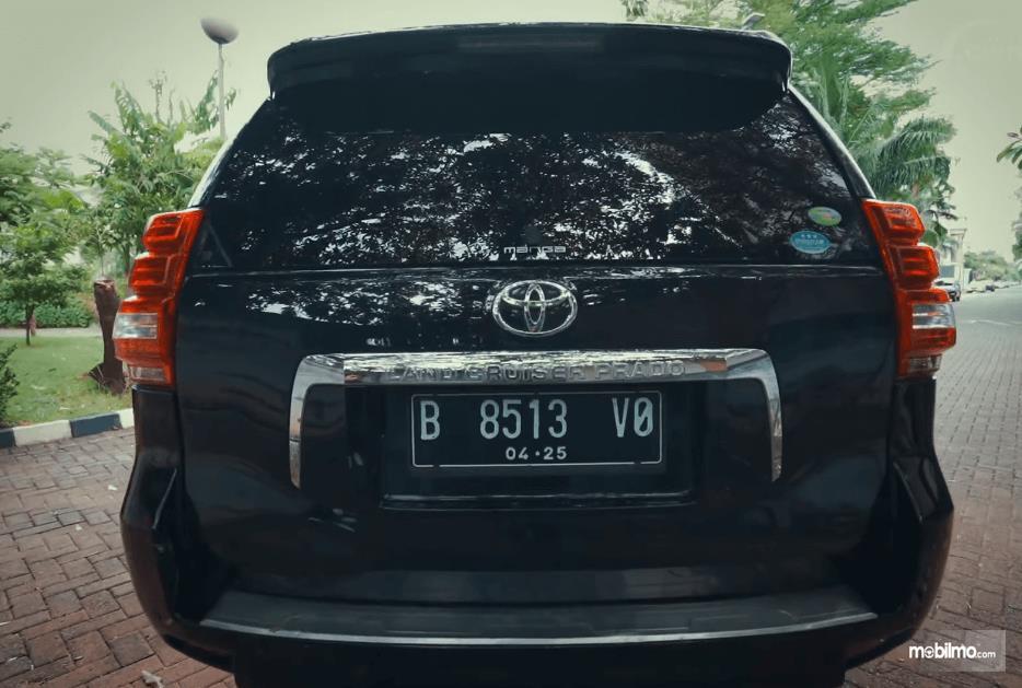 Gambar ini menunjukkan bagian belakang Toyota Land Cruiser Prado J150 2010