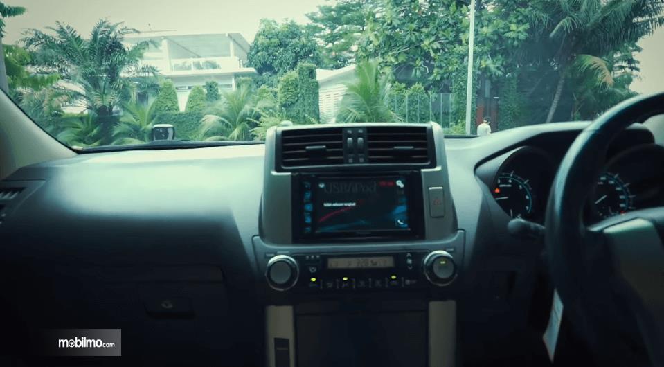 Gambar ini menunjukkan head unit Toyota Land Cruiser Prado J150 2010