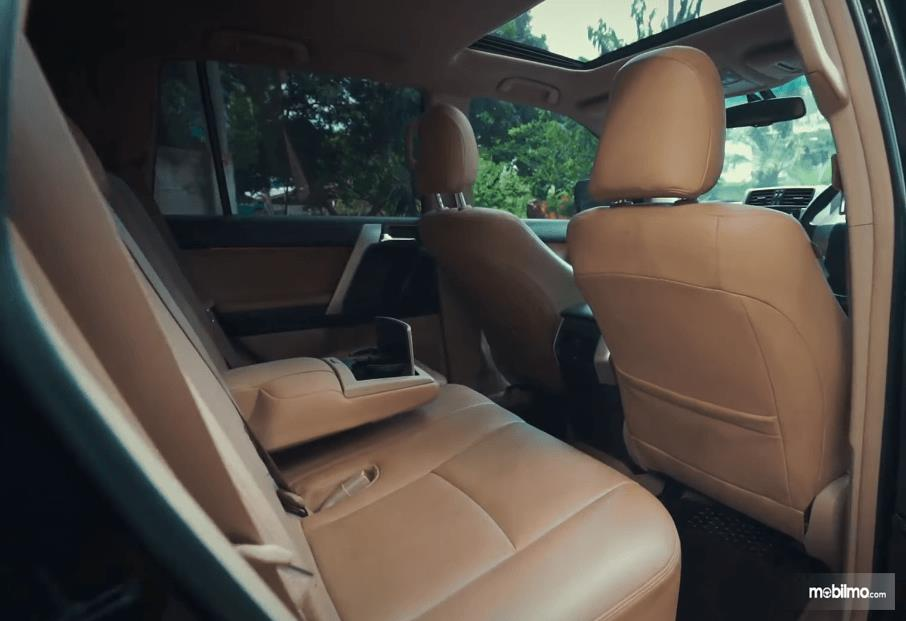 Gambar ini menunjukkan jok baris kedua mobil Toyota Land Cruiser Prado J150 2010