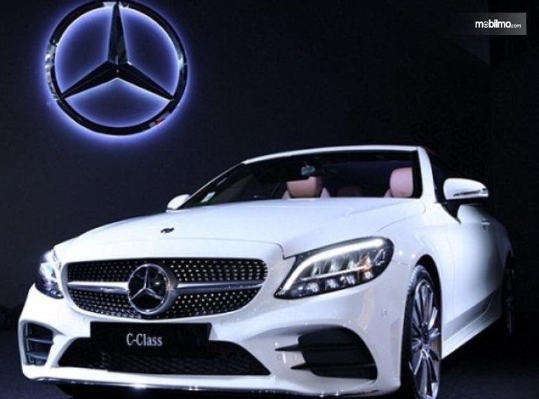 Gambar ini menunjukkan logo Mercedes-Benz dan mobil S-Class