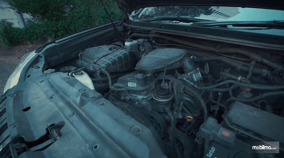 Gambar ini menunjukkan mesin mobil Toyota Land Cruiser Prado J150 2010