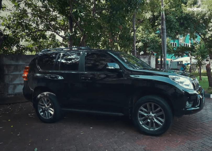 Gambar ini menunjukkan sisi samping Toyota Land Cruiser Prado J150 2010