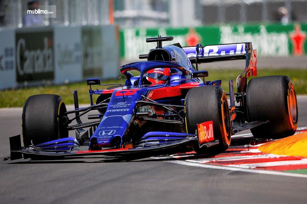 Foto aksi tim Honda Redbull Racing di balapan F1