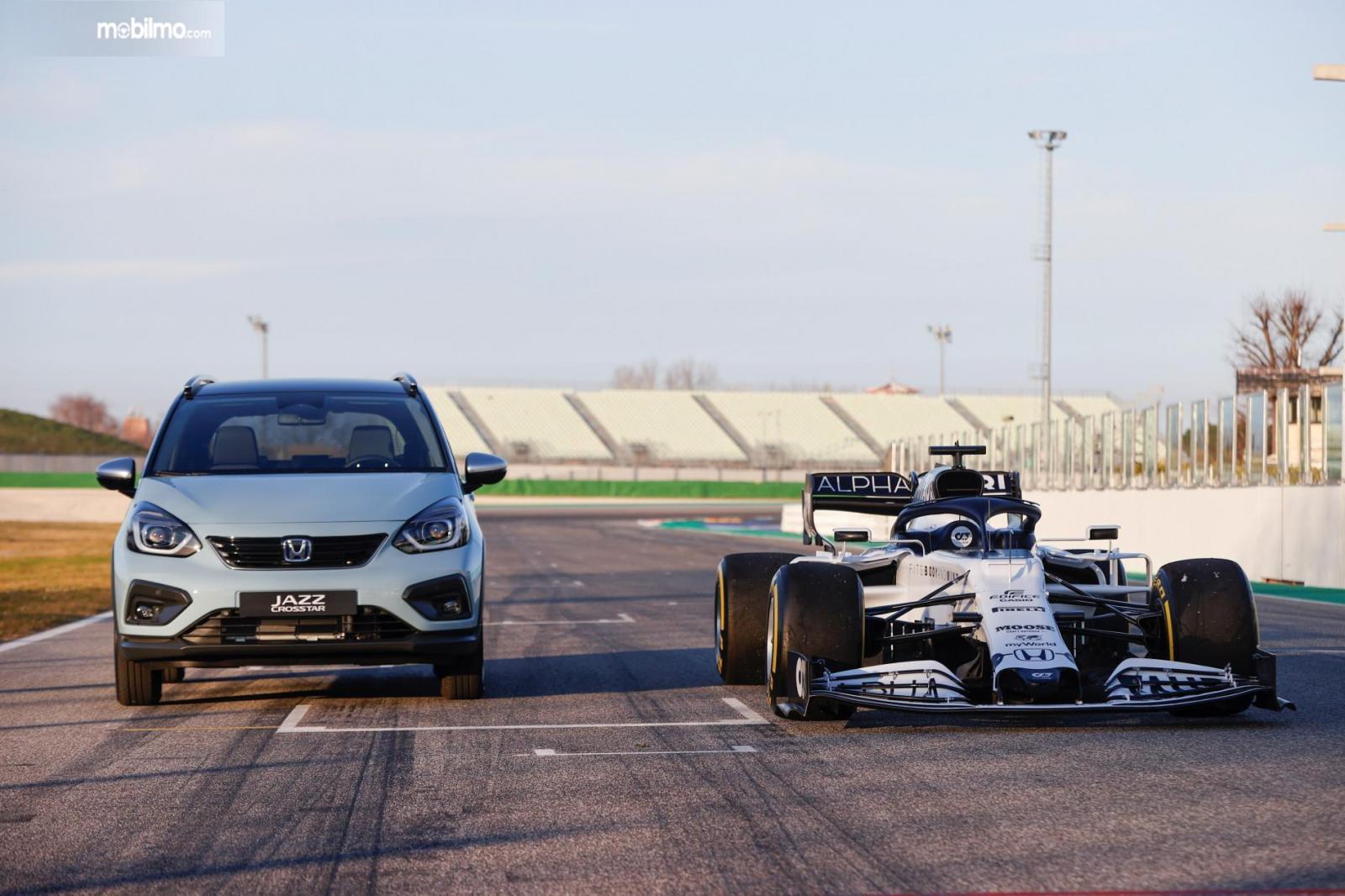 Foto mobil Honda Jazz terbaru bersama mobil balap F1 Honda