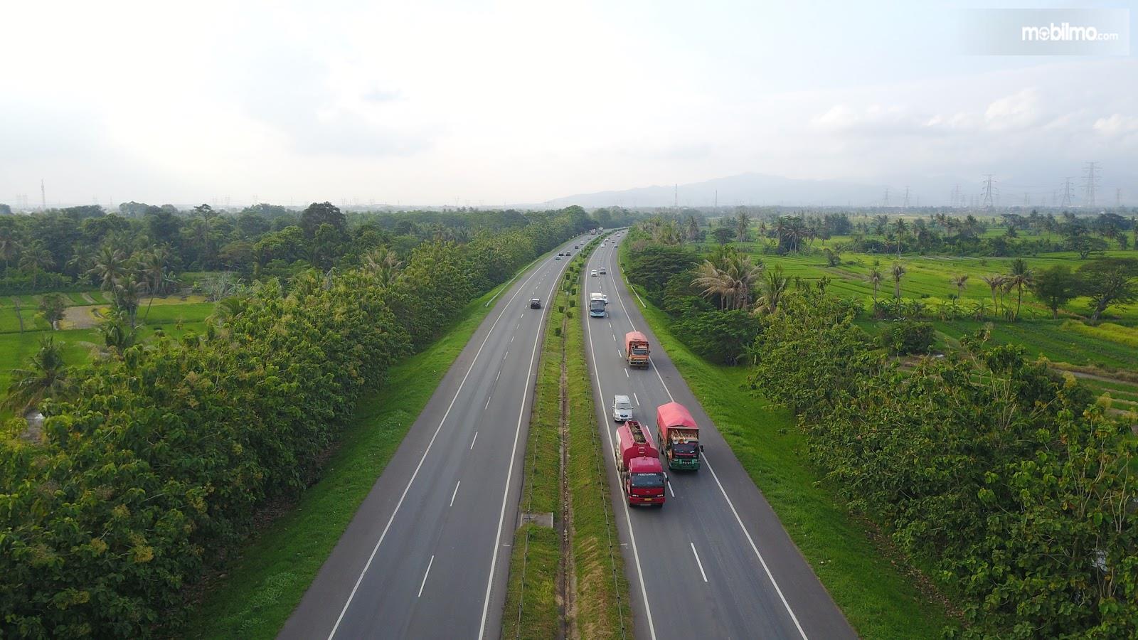 Foto salah satu jalan tol di Indonesia
