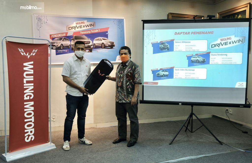 Salah satu pemenang Program 'Drive & Win' menerima kunci mobil secara simbolis
