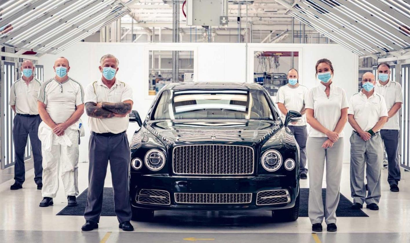 Gambar ini menunjukkan karyawan Bentley berfoto dengan produksi terakhir mobil Bentley Mulsanne