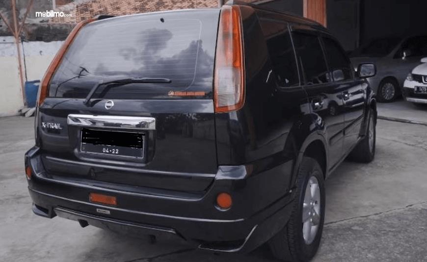 Gambar ini menunjukkan sisi belakang Nissan X-Trail 2.0 MT 2007