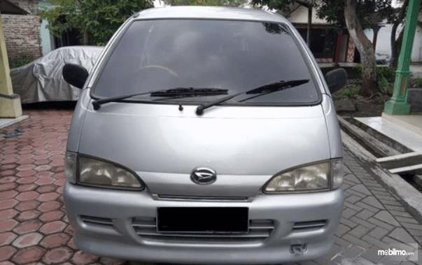 Gambar ini menunjukkan bagian depan mobil Daihatsu Espass 2005