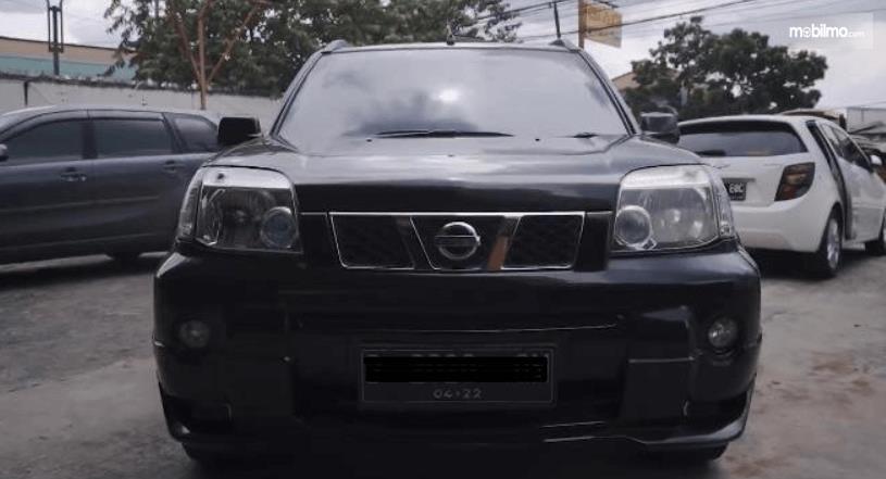 Gambar ini menunjukkan bagian depan mobil Nissan X-Trail 2.0 MT 2007