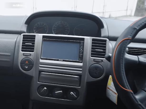 Gambar ini menunjukkan head unit mobil Nissan X-Trail 2.0 MT 2007