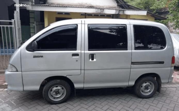 Gambar ini menunjukkan sisi samping Daihatsu Espass 2005