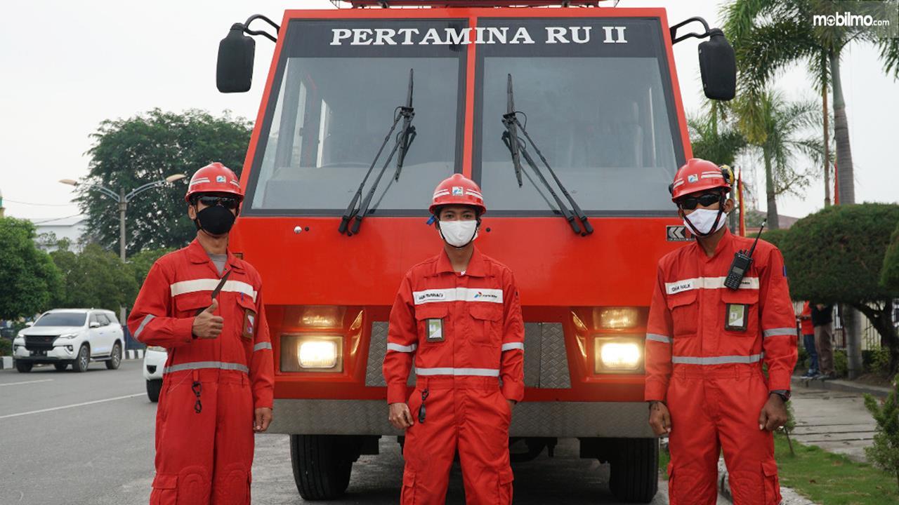 Foto menunjukkan Damkar Pertamina RU II bersama 3 personilnya