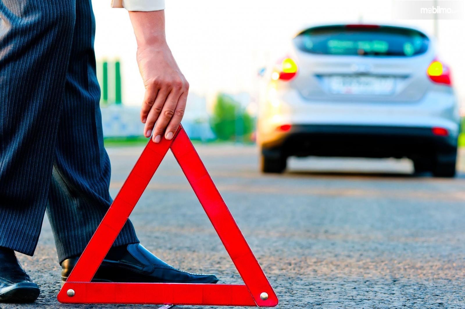 Foto mobil mogok menyalakan lampu hazard