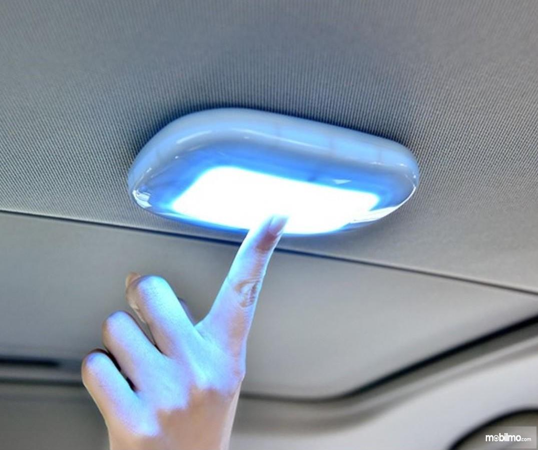 Foto menunjukkan lampu kabin dinyalakan