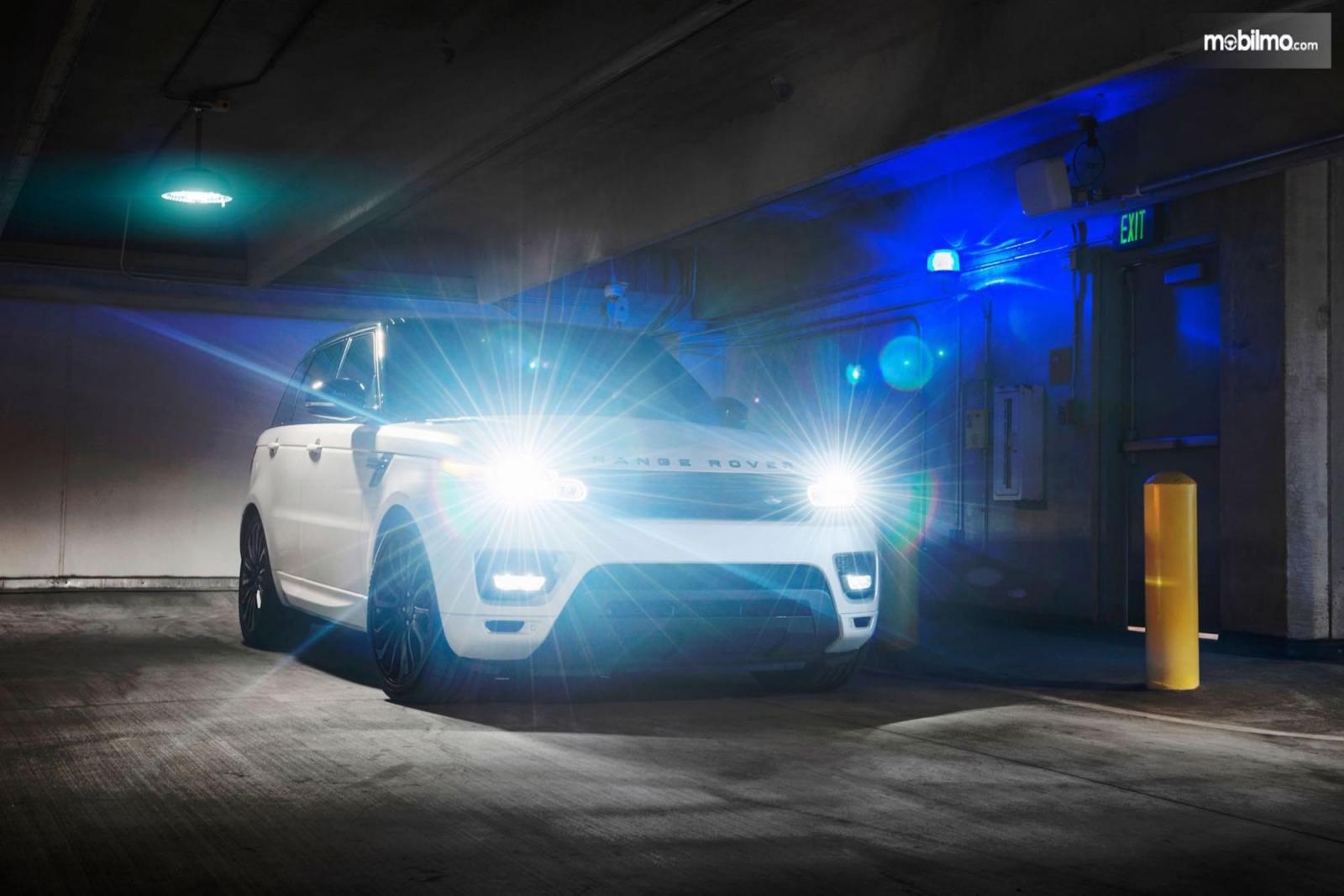 Foto menunjukkan Mobil dengan lampu bersinar