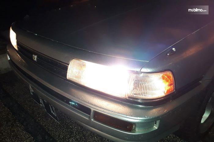 Foto menunjukkan mobil dengan lampu halogen