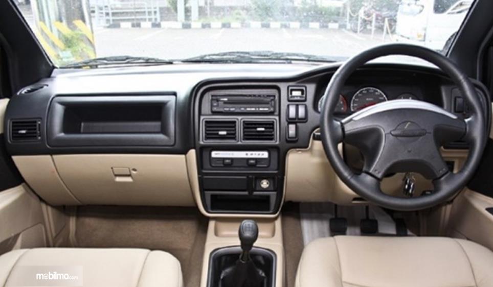 Gambar ini menunjukkan interior mobil Isuzu Panther