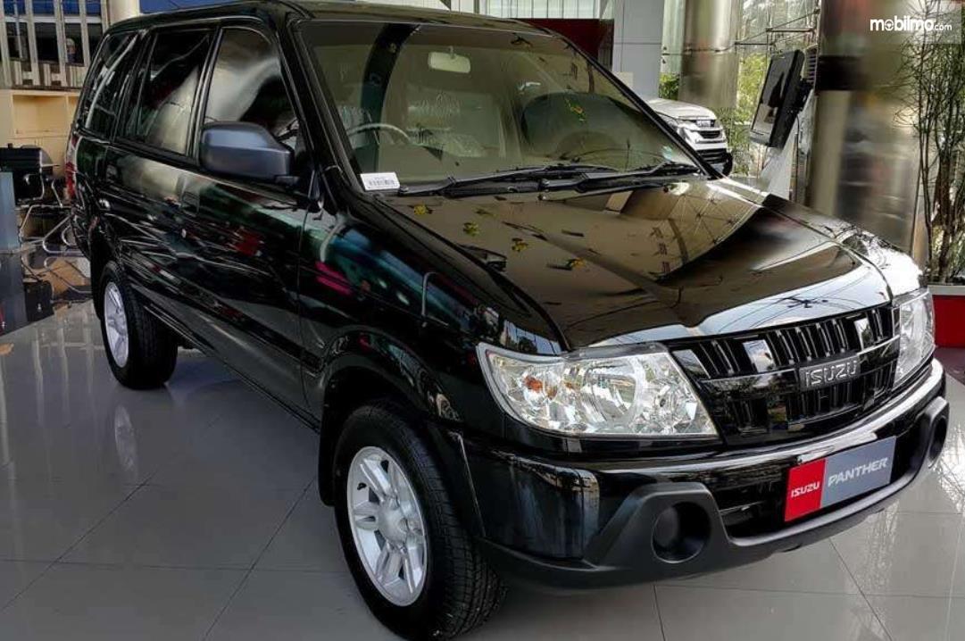 Gambar ini menunjukkan mobil Isuzu Panther warna hitam tampak depan