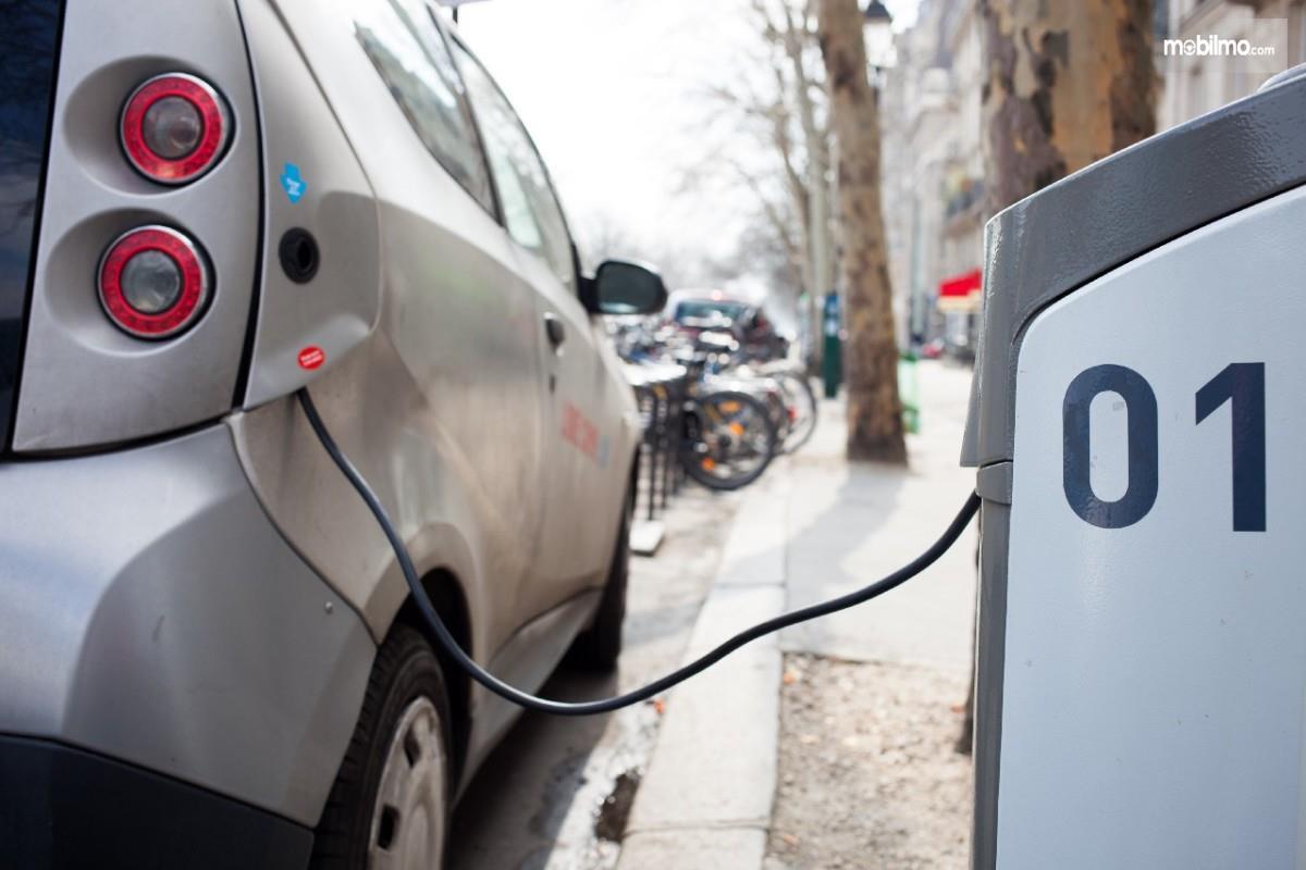 Foto menunjukkan proses Pengisian ulang mobil listrik