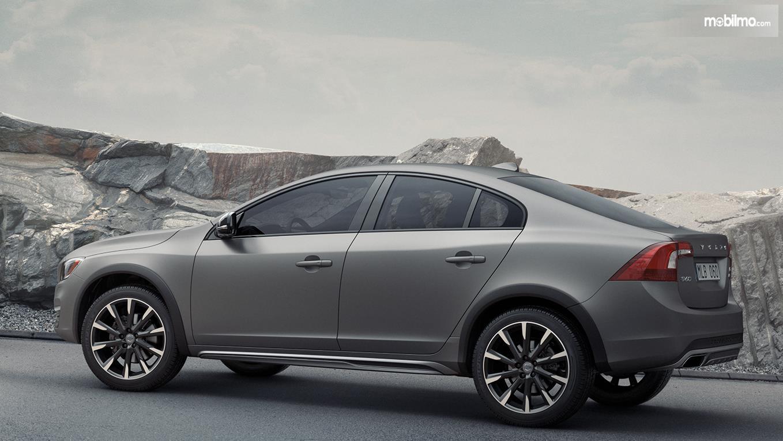 Gambar ini menunjukkan mobil Volvo XC60 tampak bagian samping