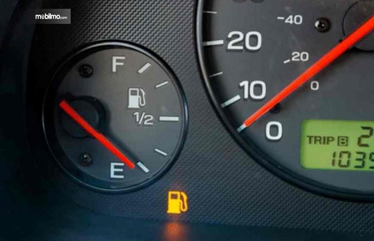 Gambar ini menunjukkan indikator bahan bakar pada mobil