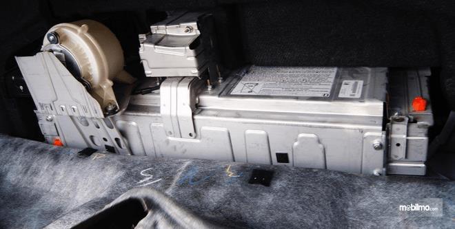 Gambar ini menunjukkan baterai mobil Toyota Camry 2.5 Hybrid 2015