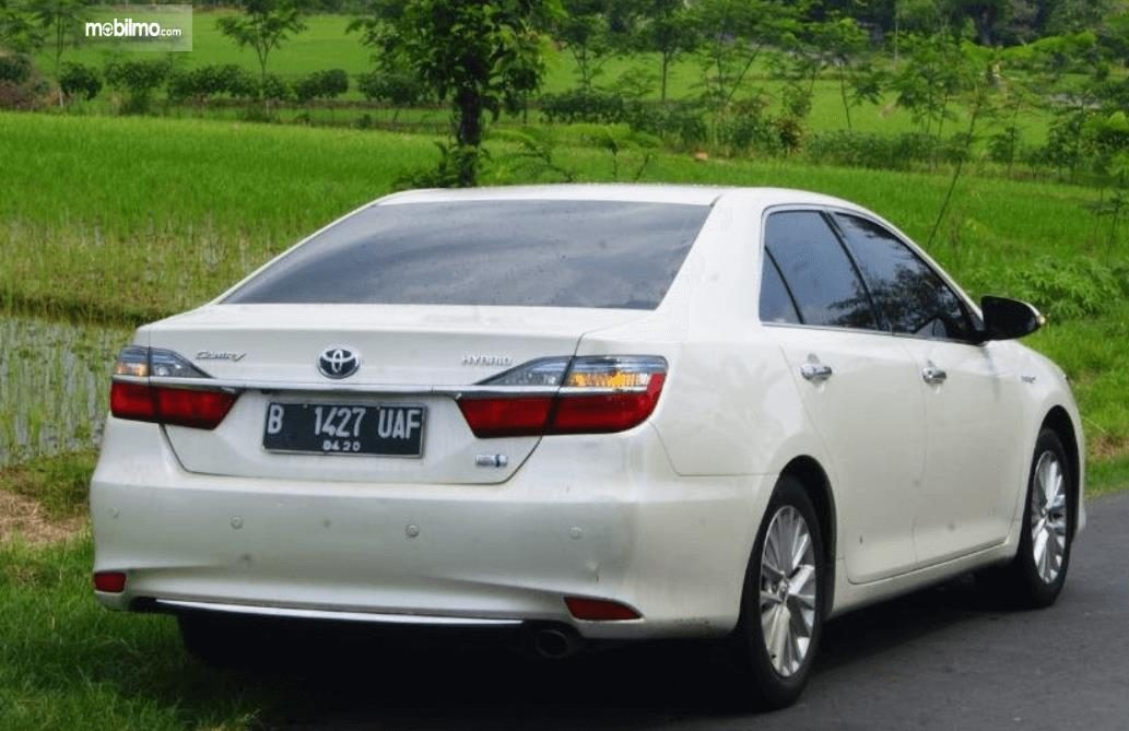 Gambar ini menunjukkan bagian belakang mobil Toyota Camry 2.5 Hybrid 2015