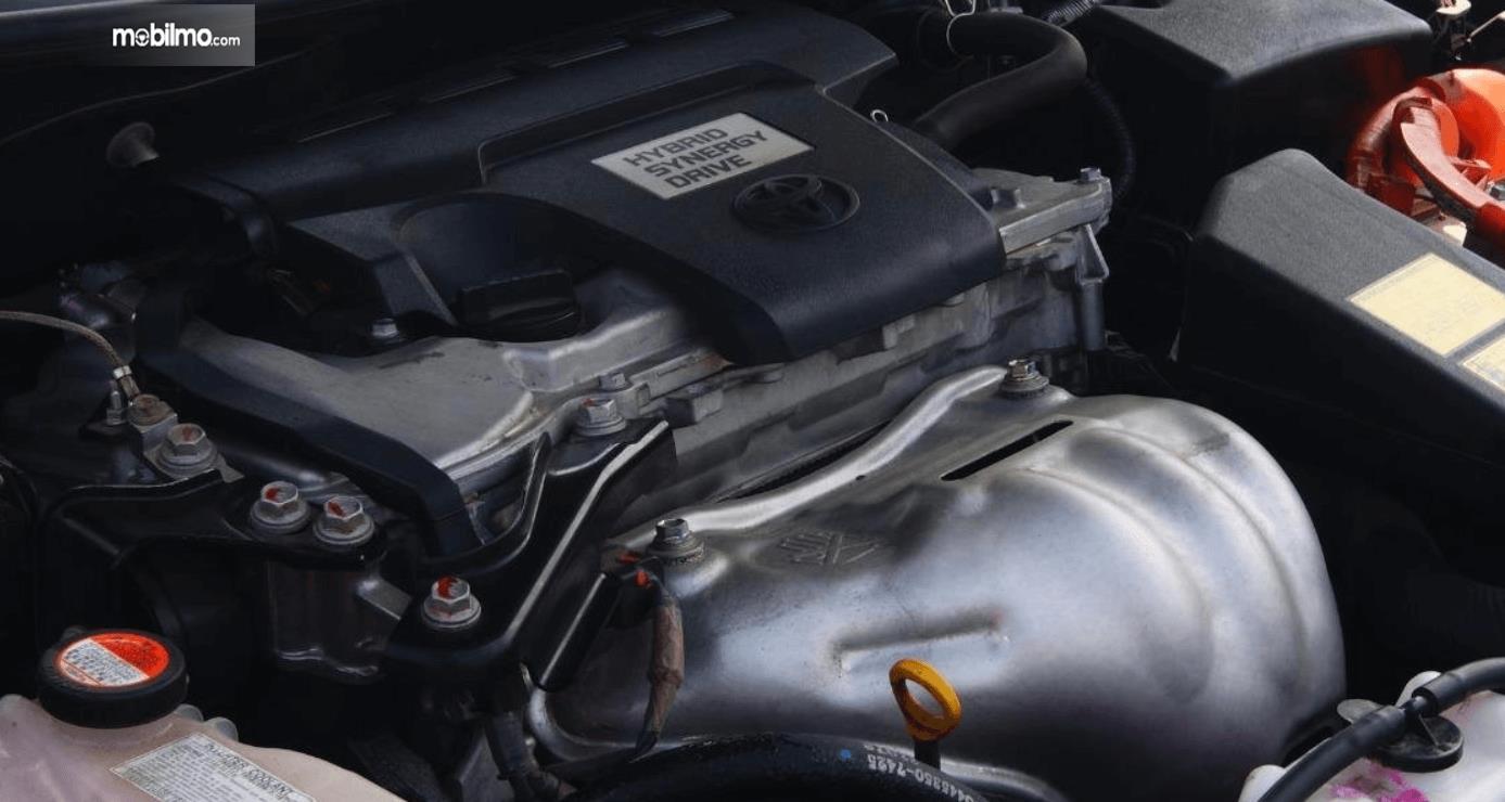 Gambar ini menunjukkan mesin mobil Toyota Camry 2.5 Hybrid 2015
