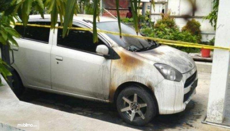 Gambar ini menunjukkan mobil habis terbakar