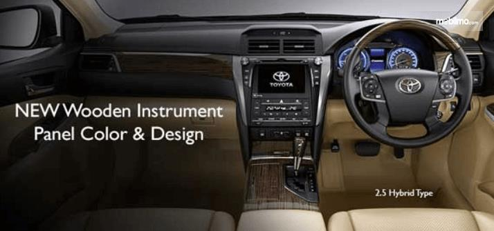 Gambar ini menunjukkan dashboard mobil Toyota Camry 2.5 Hybrid 2015