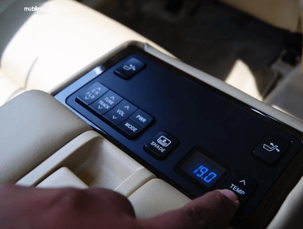 Gambar ini menunjukkan tombol untuk mengatur kursi belakang Toyota Camry 2.5 Hybrid 2015