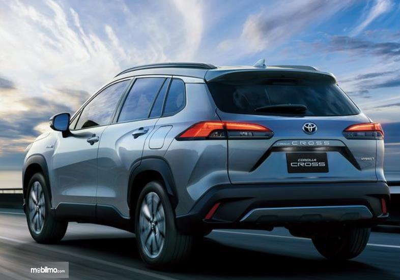 Gambar ini menunjukkan mobil Toyota Cross tampak belakang