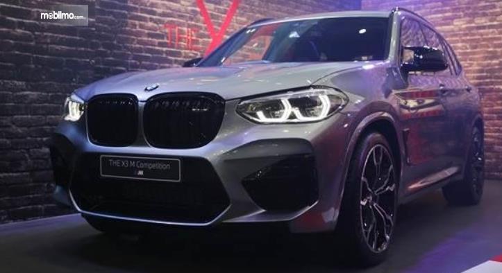 Gambar ini menunjukkan mobil BMW X3 Competition tampak depan