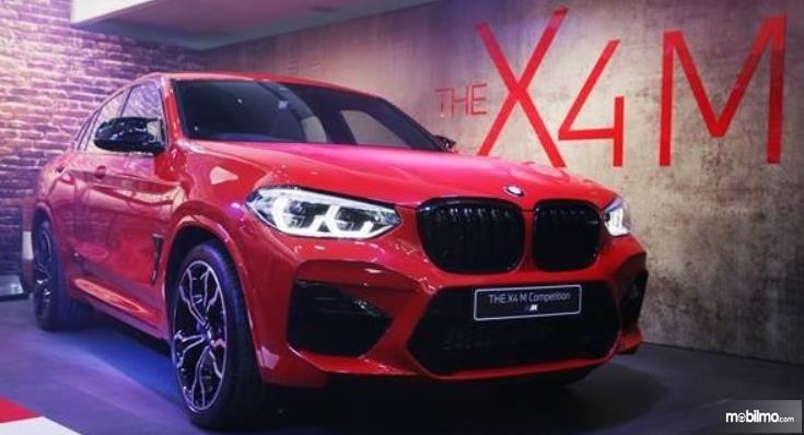 Gambar ini menunjukkan mobil BMW X4 Competition tampak depan