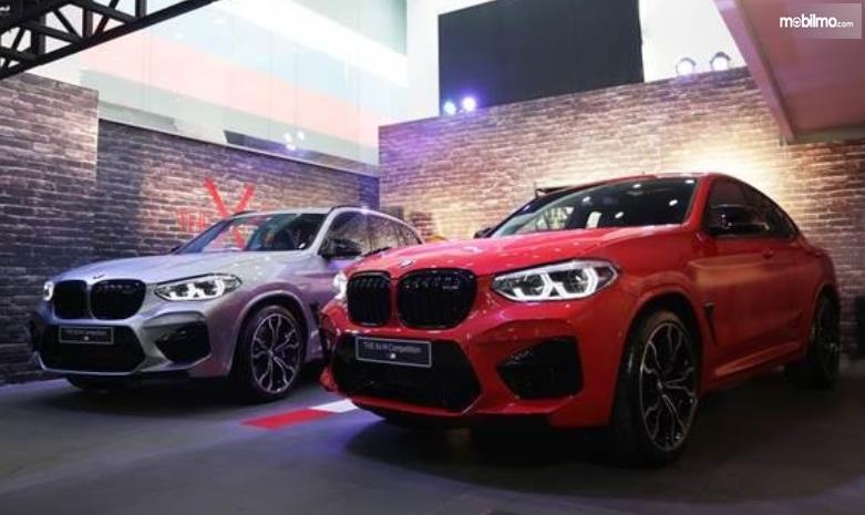 Gambar ini menunjukkan 2 mobil BMW terbaru warna merah dan silver