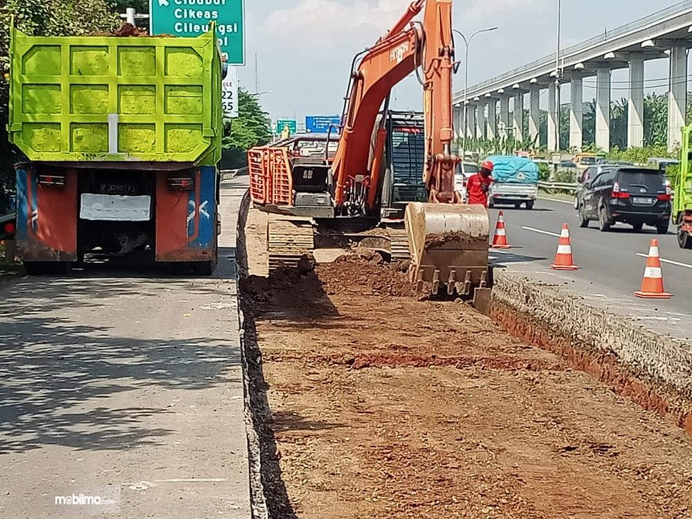 Foto menunjukkan Rekonstruksi jalan tol Jagorawi