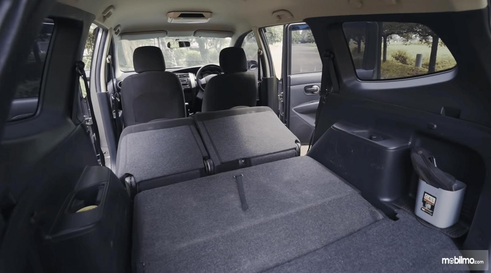 Gambar ini menunjukkan bagasi mobil Nissan Grand Livina 1.5 XV 2012