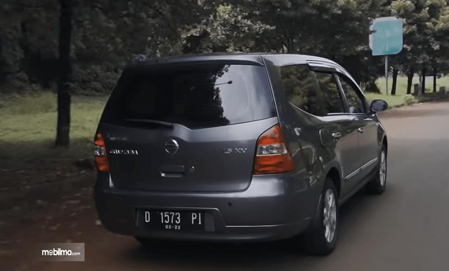 Gambar ini menunjukkan bagian belakang Nissan Grand Livina 1.5 XV 2012