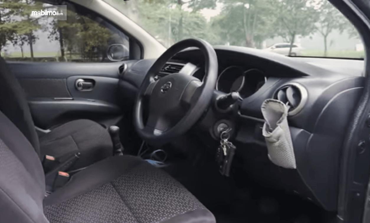 Gambare ini menunjukkan dashboard mobil Nissan Grand Livina 1.5 XV 2012