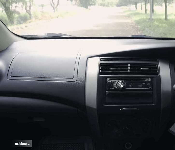 Gambar ini menunjukkan head unit Nissan Grand Livina 1.5 XV 2012