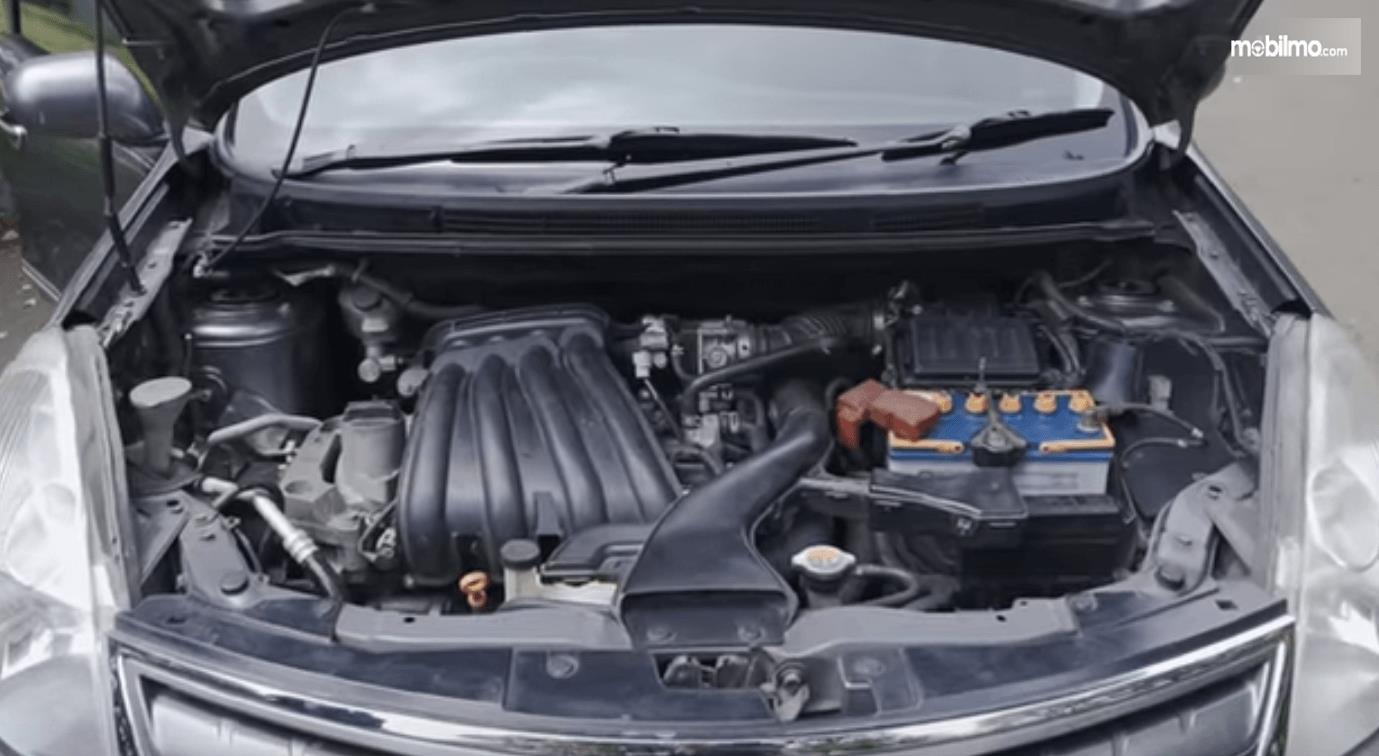 Gambar ini menunjukkan mesin mobil Nissan Grand Livina 1.5 XV 2012