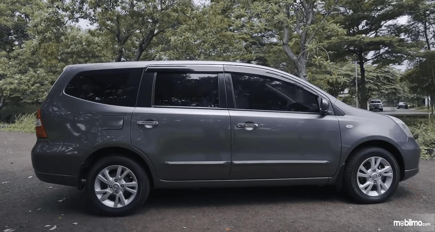 Gambar ini menunjukkan sisi samping Nissan Grand Livina 1.5 XV 2012