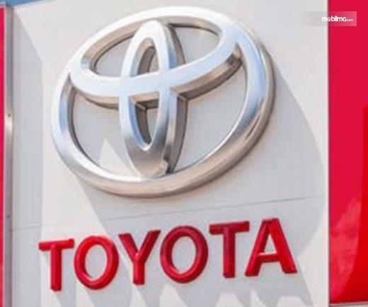 Gambar ini menunjukkan logo dan tulisan Toyota