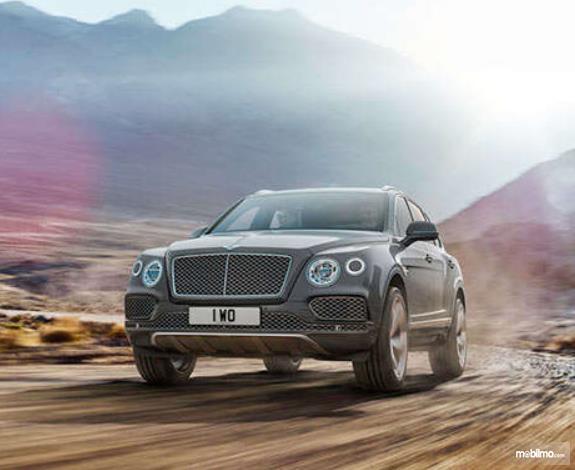 Gambar ini menunjukkan mobil SUV Bentley Bentayga tampak depan
